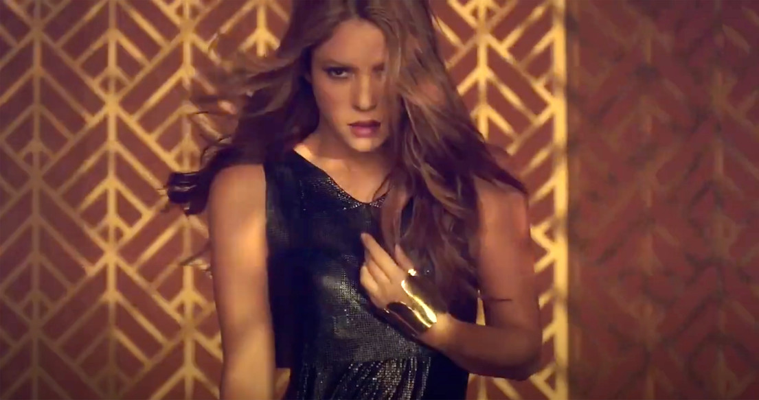shakira-wears-sterling-king-gold-hand-cu