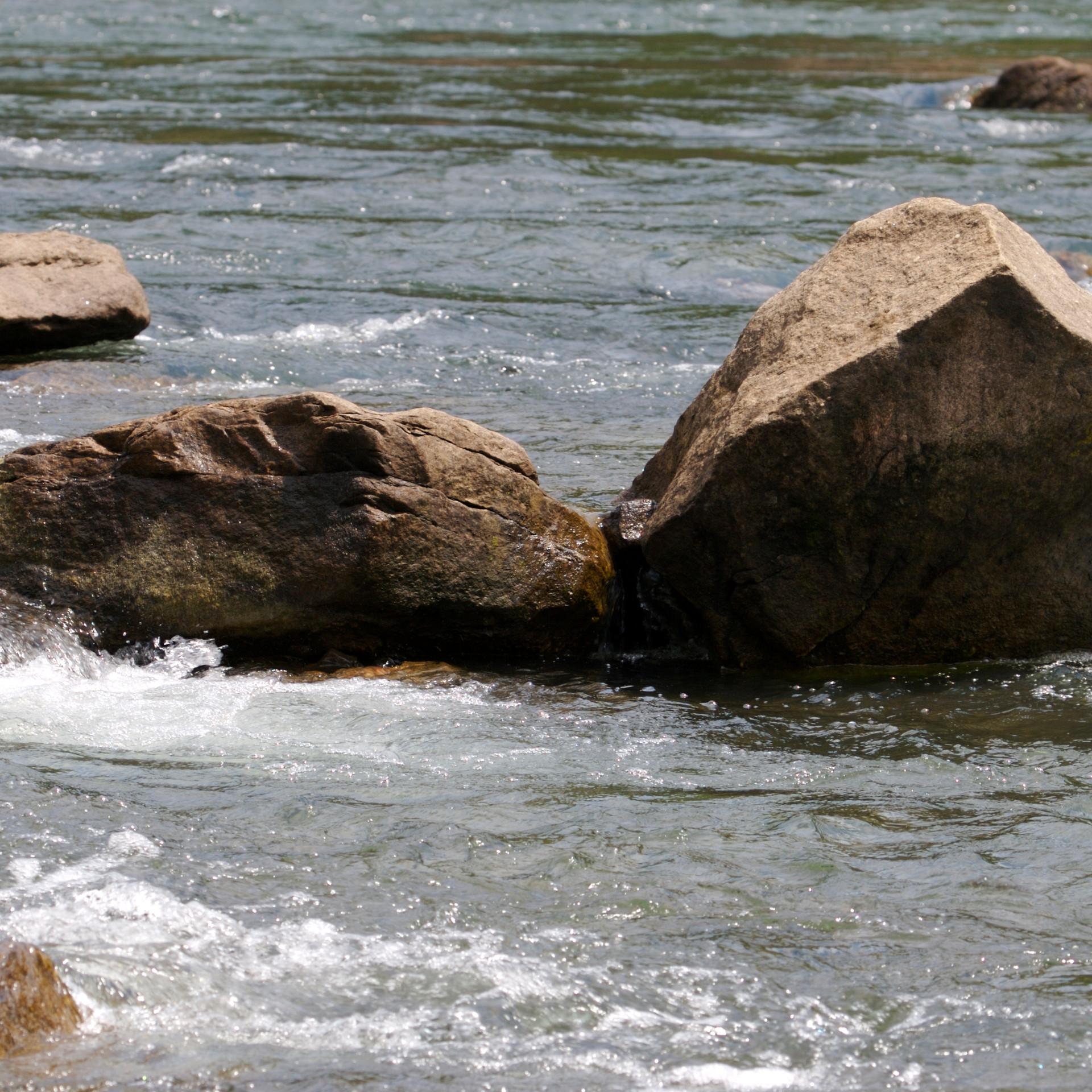 stenen in rivier.jpg