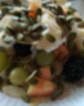 Ontbijt met fruit, yoghurt en pompoenpitten