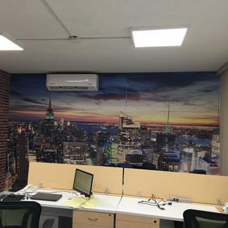 Instalación de fotomural con fachada de ladrillo y fotomural de skyline para cliente de HMS Sistemas