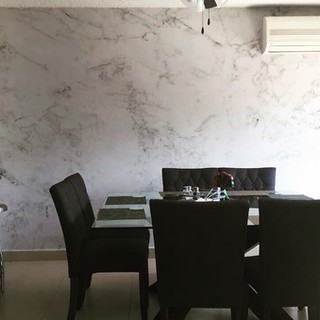 Instalación de fotomural con fachada de mármol para departamento de cliente
