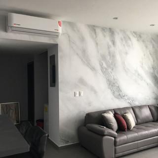 Instalación de fotomural con fachada de mármol para departamento de cliente.