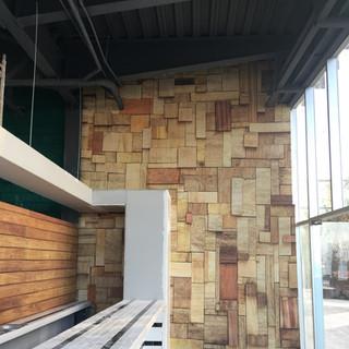 Instalaciones de fotomurales con fachada de madera para clientes de The Work Club en Saltillo Coahuila