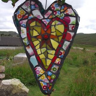 srdce s mozaikou ze skla a porcelánu