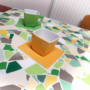 stolek s vestavěnými podšálky