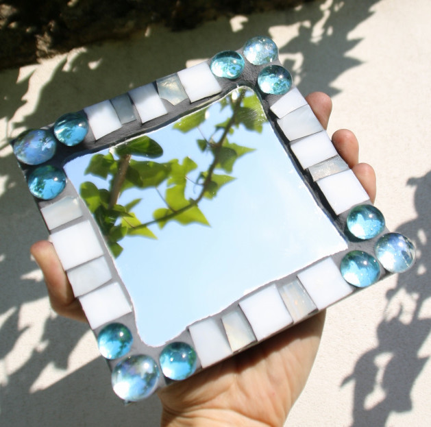 zrcátko s mozaikovým rámečkem
