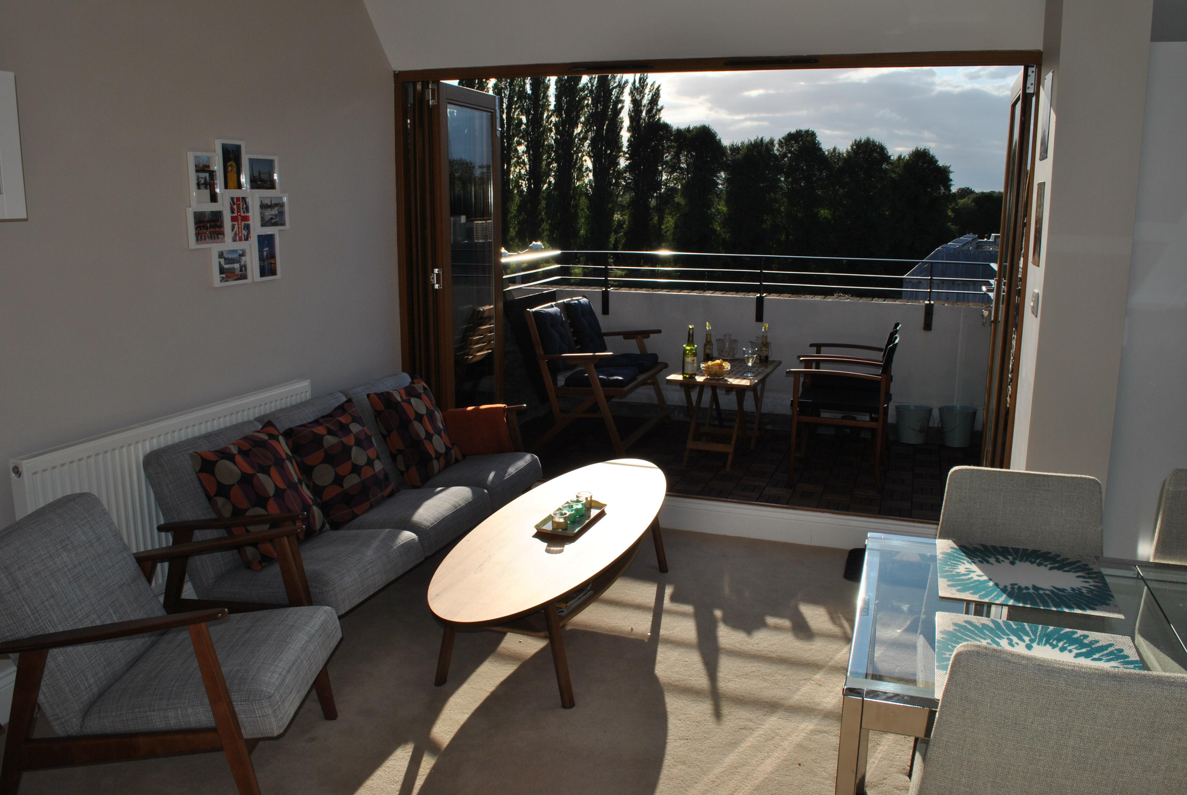 Stue med udgang til altan og køken