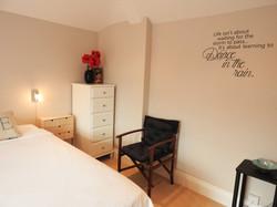 Master bedroom med en suite bad