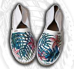 Le espadrillas sono uno dei modelli di scarpe estive che si adattano molto bene alla personalizzazione dipinta, la tela bianca lascia spazio per essere personalizzata sia nella punta che nelle parti laterali. In questo caso è stata decorata con motivi floreali.