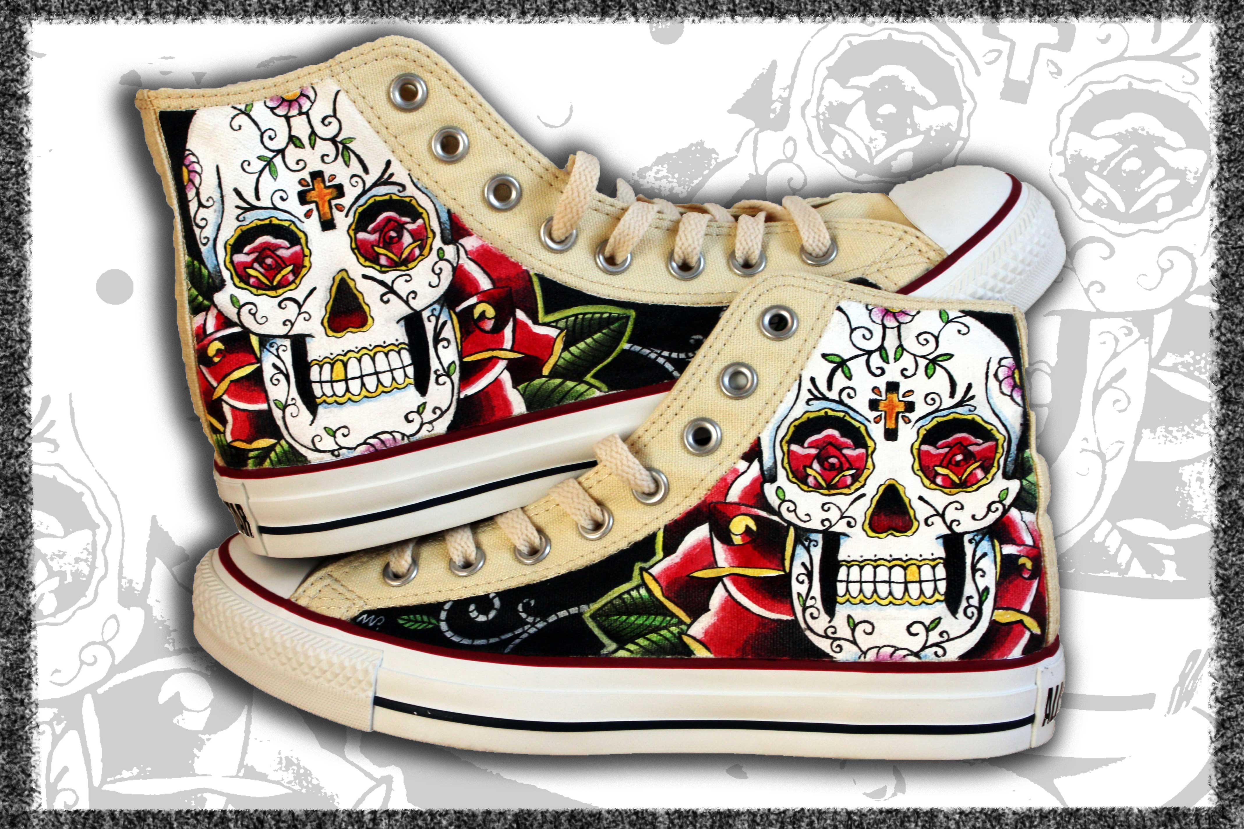 scarpe con teschi dipinte a mano