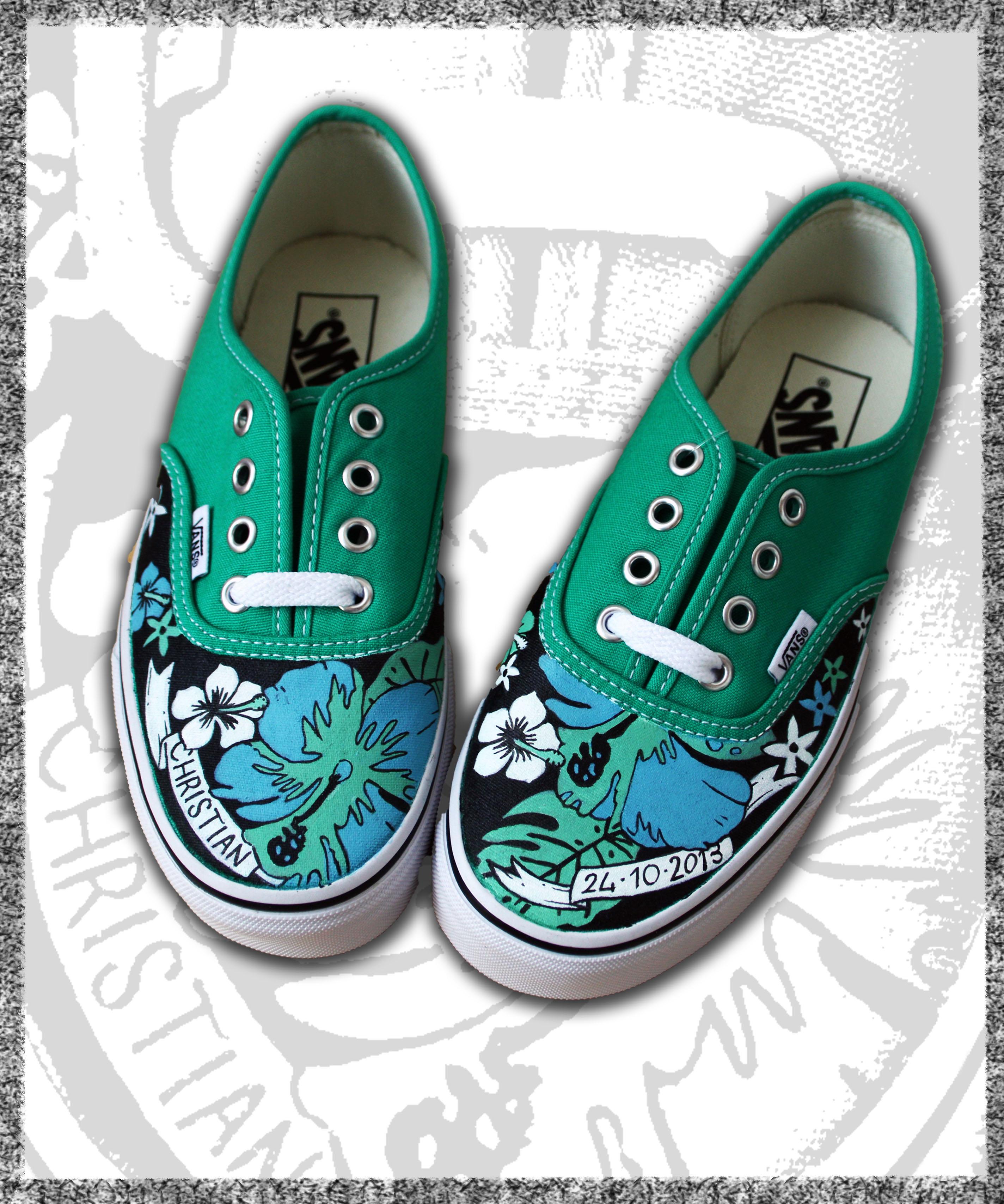 scarpe in tela verde dipinte a fiori