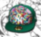 Un cappello verde con visiera decorato nella parte frontale con tante caramelle colorate