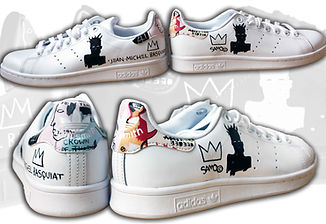 Oltre a scarpe in tela anche le scarpe in pelle possono essere dipinte, in questo caso sono delle adidas stan smith personalizzate con i disegni dell'artista Basquiat