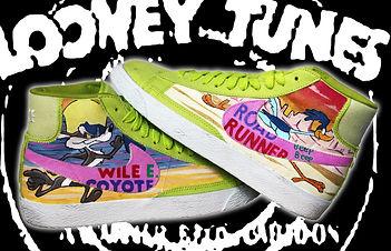 Questo modello di Nike in velluto è stato personalizzato con i personaggi dei cartoni animati della Looney tunes, Wile il coyote da una parte rincorre come al solito il velocissimo Road Runner beep beep
