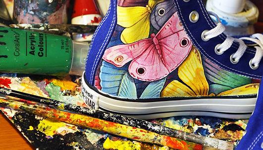 Ecco come colorare le tue converse personalizzate con tante farfalle  colorate dipinte a mano. Tanti. Scarpe MATRIMONIO 11483d2d508