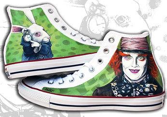 Le migliori scarpe da dipingere sono le converse all star alte, qui sono personalizzate con il ritratto del cappellaio matto e del bianconiglio, sullo sfondo verde sono raffigurati dei cappelli e deli orologi