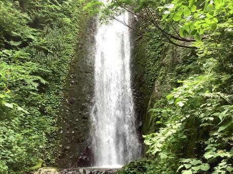 安塚の不動滝は落差30mにも及ぶ見事な滝です。