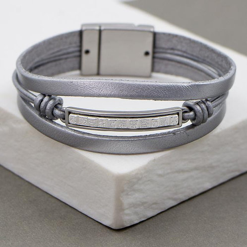 Feature bar with metal inlay on leather bracelet