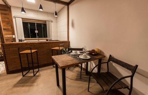 Adorai Chalés - Chalé romântico - mesa de jantar.jpg