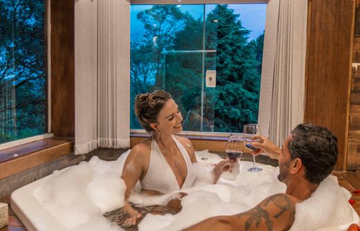 Adorai Chalés - Chalé romântico - casal na banheira.jpg