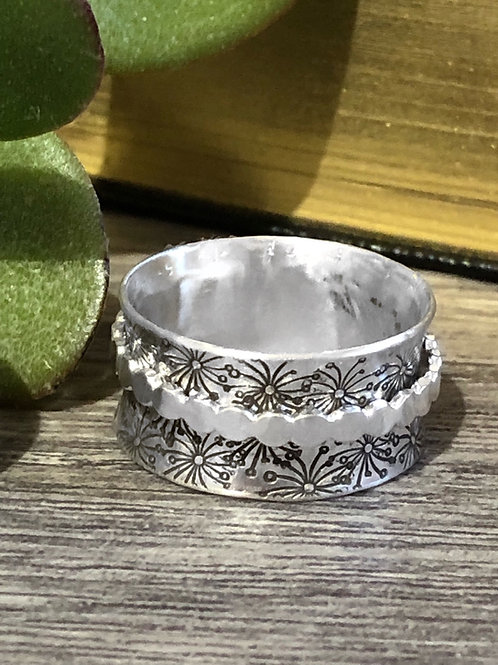 Silver spinner ring with single band