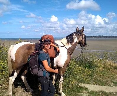 Juliette Masure médiation équine Bretagne équithérapie cheval baie saint brieuc mer sable randonnée voyage sacoches sac à dos aventure