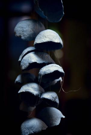 Mobile Méduse porcelaine teintée bleue