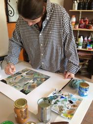 karinne en cours de peinture à PAU atelier l'artichaut