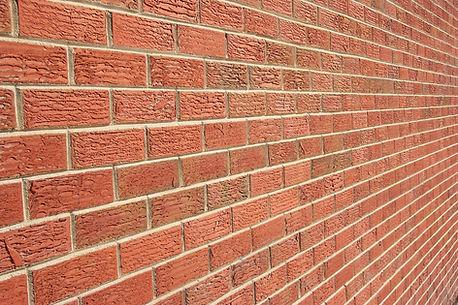Environnement de murs de brique autour d'un homme désorienté.