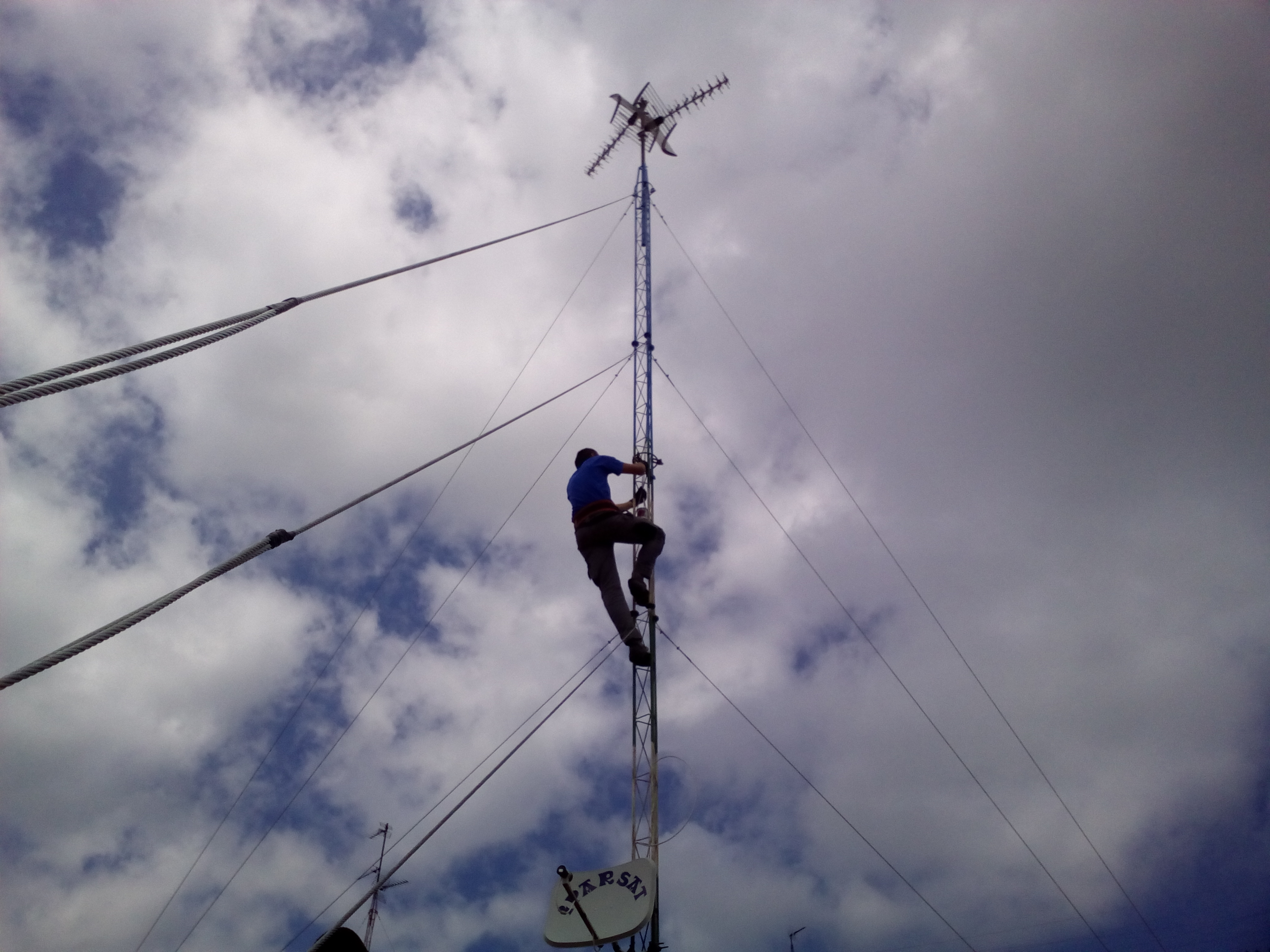 reparando torreta de antena