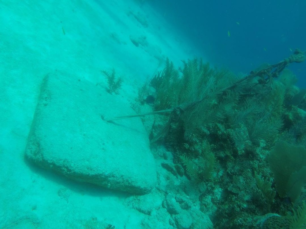 Buoys anchors on Tulum dive site