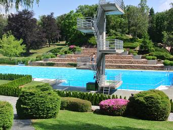 Carona: piscina e parco giochi
