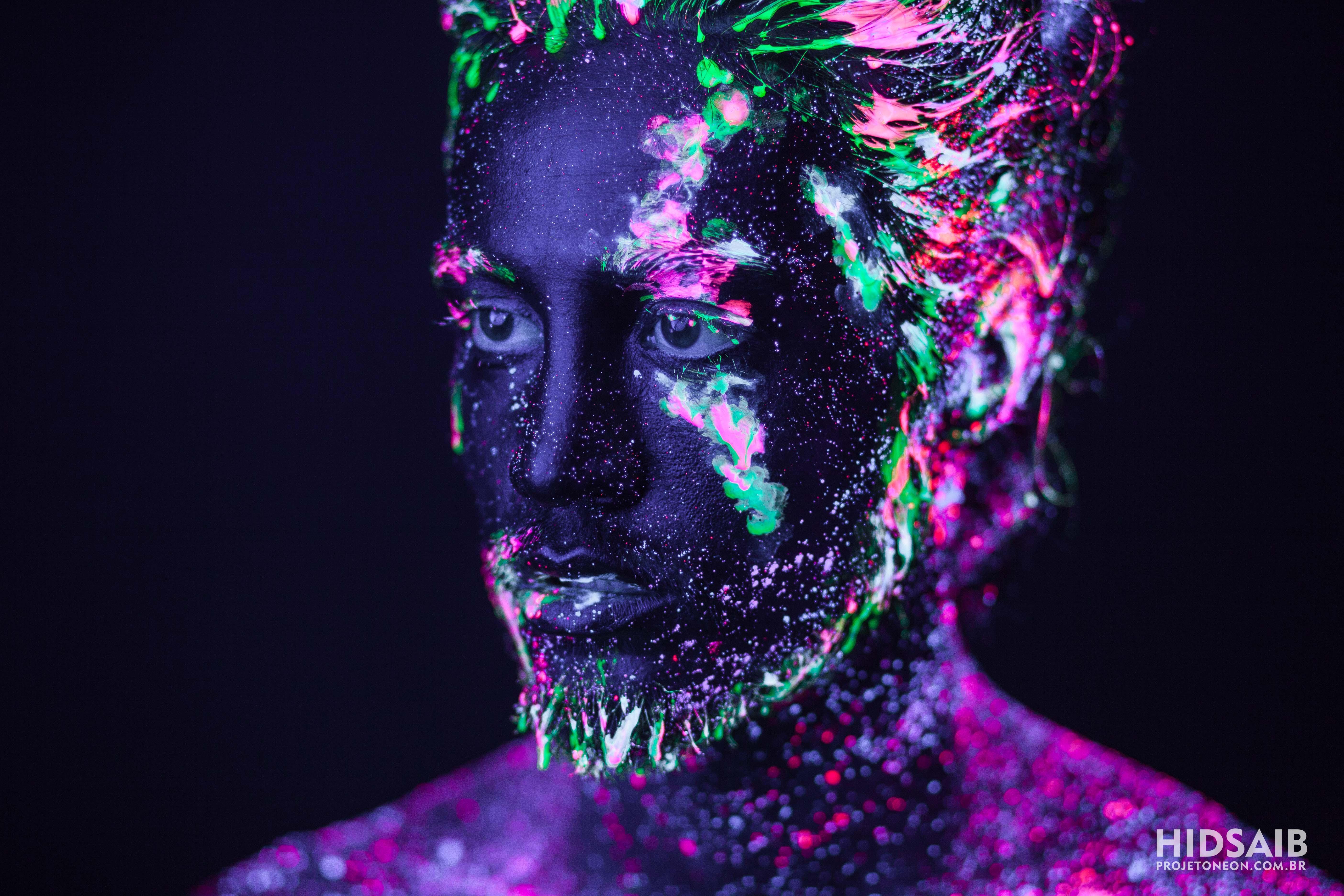 Tiago Iorc em neon por Hid Saib