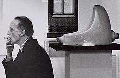 Marcel Duchamp devant sa Fontaine, épitome de l'art contemporain © DR