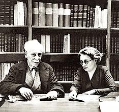 Sylvain Lévi et Nadine Stchoupak dans la bibliothèque de l'Institut de civilisation indienne vers 1930.
