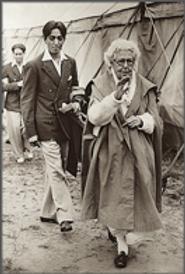 Krishnamurti et Annie Besant (1928) .png