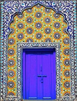 porte orientale bleue ornée de céramiques