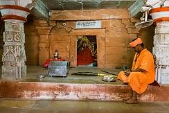 Nâth Yogî devant le temple de Mahâkâli