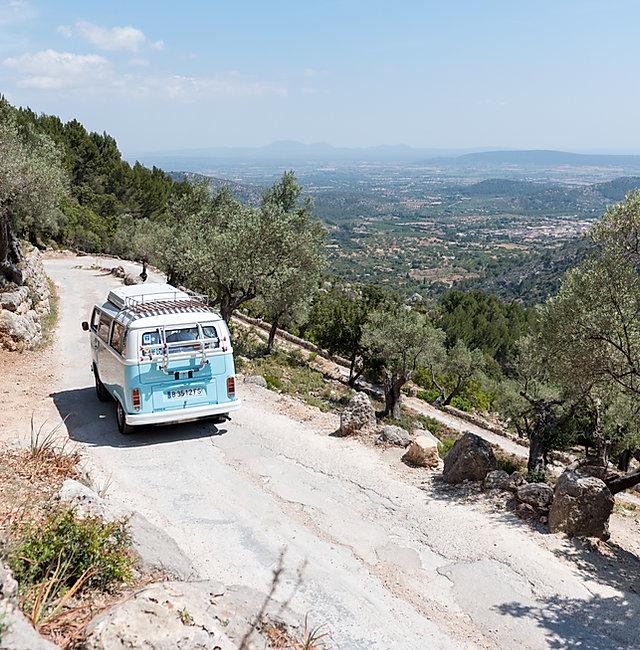 Volkswagen Camper Bulli en el Castell de Alaró, Mallorca