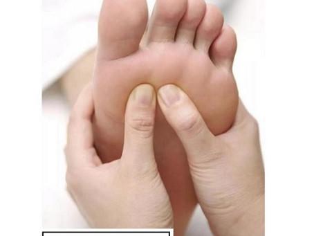 腳底按摩 Foot massage.