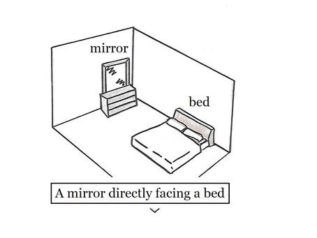 鏡照床 A mirror directly facing a bed.