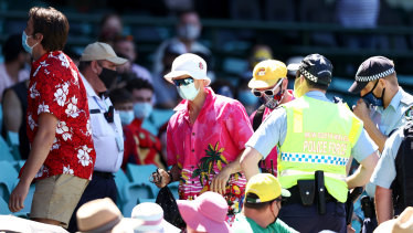 6 blokes got kicked out of the SCG