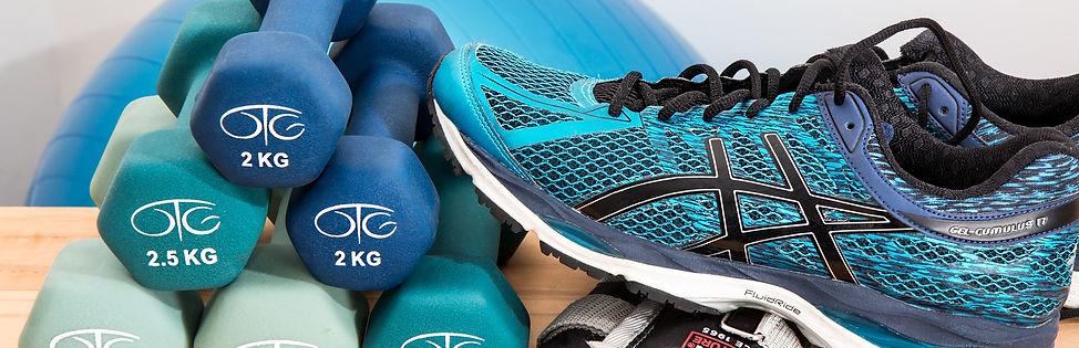 Photo haltère 2KG et chaussures de running bleu pour illustrer une activité de fitness lié à l'activité sportive du Gym Club Genay