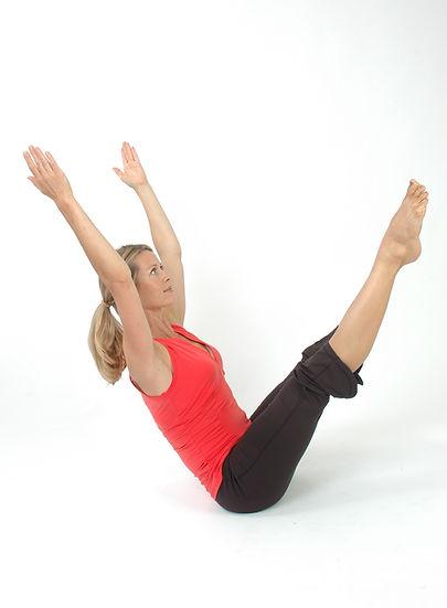Femme effectuant une posture de Pilates pour illuster les activités sportives de Pilates disponibles au sein du Gym Club Genay