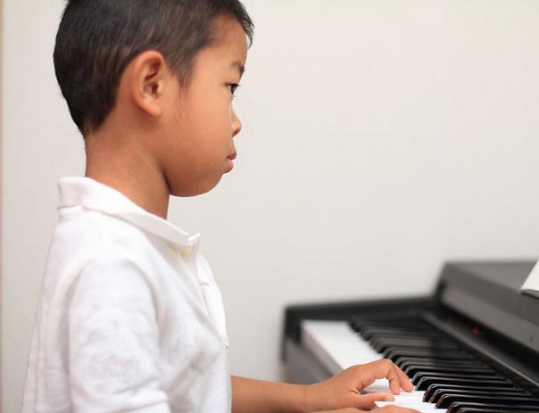 Garçon jouant synthétiseur