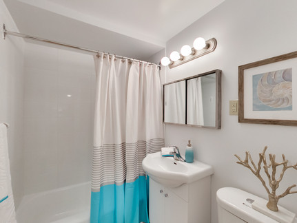 Condo Lasalles Bathroom.jpg