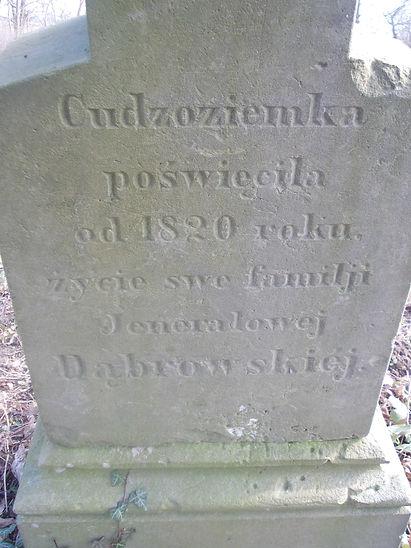 Tylna strona nagrobka Franciszki Persoy, z inskrypcją: Cudzoziemka poświęciła od 1820 roku życie swe familji Jenerałowej Dąbrowskiej