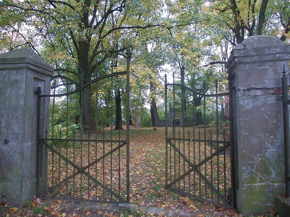 Brama na cmentarzu w Orzeszkowie
