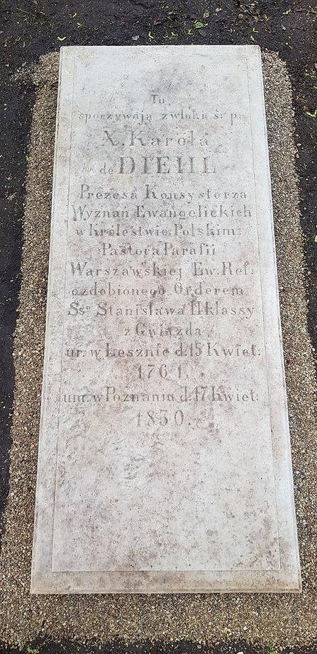Nagrobek księdza Diehla po renowacji, oczyszczony, z inskrypcją: Tu spoczywają zwłoki ś.p. X. Karola Diehl. Prezes Konsystorza Wyznań Ewangelickich w Królestwie Polskim