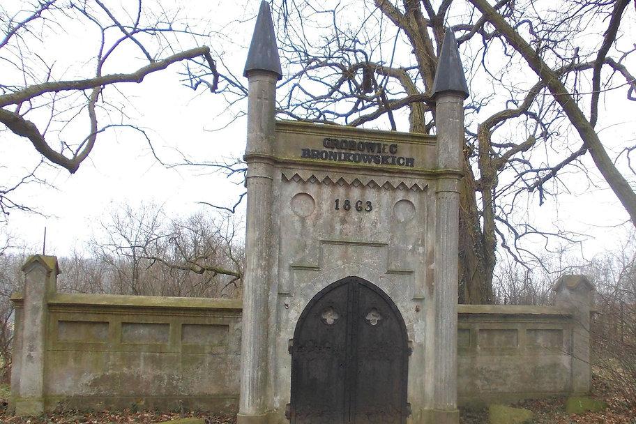 Neogotycki grobowiec architektoniczny rodziny Bronikowskich. Nad portalem znajduje się inskrypcja: GROBOWIEC BRONIKOWSKICH 1863